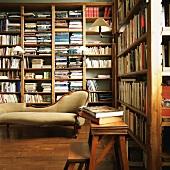 Antiker Chaise Longue in einer Bibliothek