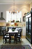 Eine moderne Küchenzeiletrifft auf stilvolle Antikmöbel