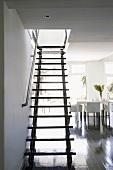 Eine einfache Holztreppe mit Handlauf aus Edelstahl