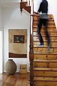 Die verschwommenen Umrisse einer Person auf einem rustikalen Treppenaufgang