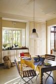 Klappstühle am Bauerntisch in einer klassischen Landhausküche