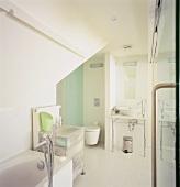 Die vielen Chromelemente machen den cleanen Charakter des modernen Badezimmers aus