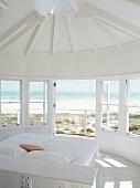 Ein ausgebauter Pavillon mit traumhaftem Blick aufs Meer dient als Schlafzimmer