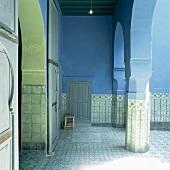 Der mit Ornamentfliesen verkleidete Arkadengang eines orientalischen Innenhofs