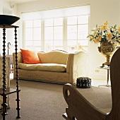 Elegante Antikmöbel im Wohnzimmer mit Zugang zum Balkon durch breite Sprossentüren
