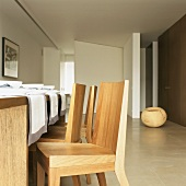 Schlichte Designerstühle aus Holz in moderner Wohnarchitektur