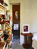 Ein chaotisches Bücherregal im Schlafzimmer mit Bad Ensuite