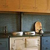 Antiker Küchenofen und Alessi Wasserkocher in einer Vintageküche