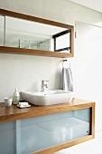 Moderner Waschtisch und passender Badezimmerspiegel mit Schiebetüren