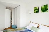 weiße Einbauschränke im kleinen Flurbereich des Schlafzimmers