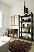 Antikes Regal und Wandtisch im Badezimmer, vor der Badewanne ein schöner Orientteppich