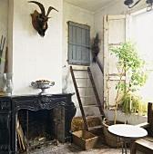 Der schwarze, elegante Kamin ist ein echter Blickfang in der rustikalen Scheunenwerkstatt