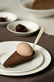 Ein Ei in einem Eierbecher