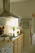 Cerankochfeld einer modernen Küchenzeile und diverse Küchenutensilien
