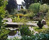 Teich mit Pflanzen und einer Brücke