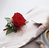 Blumensträusschen mit Rose auf Leinenhemd