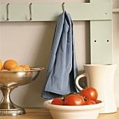 Tomaten und Aprikosen in Schalen