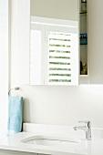 Badezimmerausschnitt mit Reflexion der Jalousie im Badezimmerspiegel