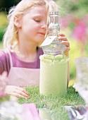 Kind mit dekorierter Flasche