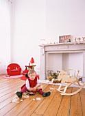 Kinderzimmer mit spielendem Kind in ehemaligem Kaminzimmer