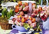 Tulpensträusse in verschiedenen Körbchen