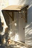 Eingangstür mit Holzüberdachung