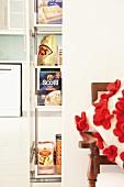 Ausziehbarer Apothekerschrank für Lebensmittel in der Küche