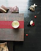 Aufsicht von einem Tisch mit Bänken