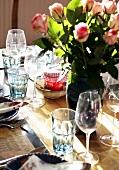 Rustikal gedeckter Tisch mit Rosenstrauss