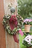 Herzförmiger Kranz aus Hortensienblüten an einer Tür
