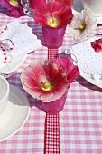 Gedeckter Tisch mit sommerlicher Blumendeko