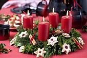 Adventskranz mit roten Kerzen und Plätzchen