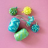 Geschenkbänder in blauen und grünen Pastellfarben