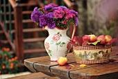 Stillleben mit Äpfeln und Blumenstrauss