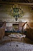 Rustikaler Innenraum mit Tisch & Kerzen-Kronleuchter im Schloss La Verrerie (Frankreich)