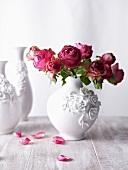 Rosen in Keramikvase