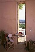 Längliches Kippfenster als Tisch zwischen Wohnraum & Balkon