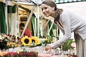 Junge Frau auf einem Blumenmarkt
