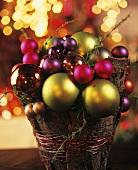 Kleines Gesteck aus Weihnachtskugeln