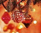 Weihnachtskugel hängt am Baum