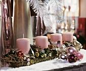 Adventsgesteck mit vier rosa Stumpenkerzen