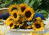 Gesteck aus Sonnenblumen als Tischdeko