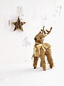 Rehfigur und Stern als Weihnachtsdeko