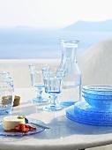 Sommerlich gedeckter Tisch mit Meerblick (Griechenland)