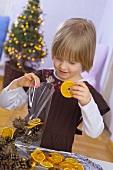 Kleines Mädchen stellt Weihnachts-Potpourri zusammen