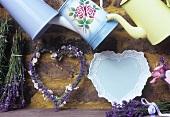 Lavendelkranz und -sträusschen, alte Kannen und Geschirr