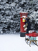 Kind wirft Weihnachtspost in Briefkasten (England)