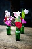 Blumensträusschen in kleinen Fläschchen