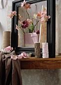 Rosa Orchideen und lila Tulpen und Blumenvasen