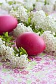 Spireen mit roten Ostereiern